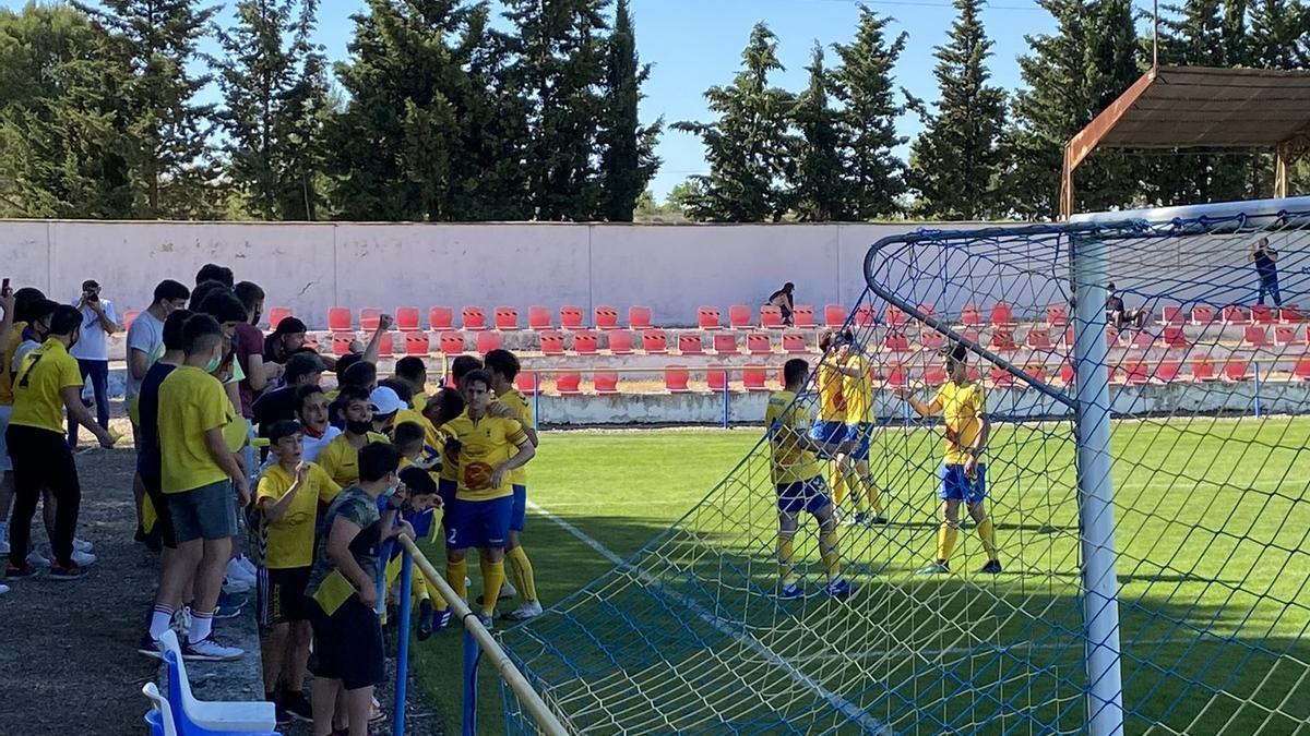 El Robres celebra con su afición la permanencia en Tercera División.