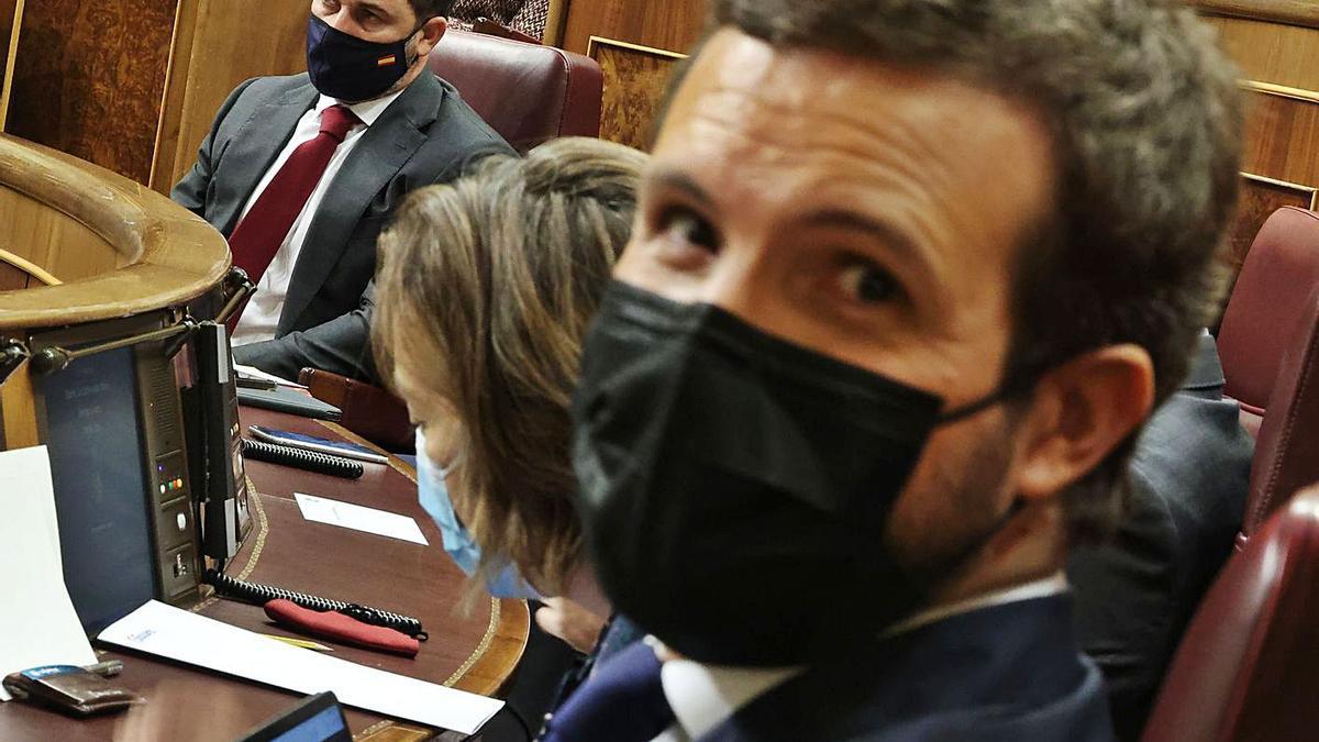 Pablo Casado, en primer término, y Santiago Abascal, al fondo, durante el debate de ayer.     // E.P.
