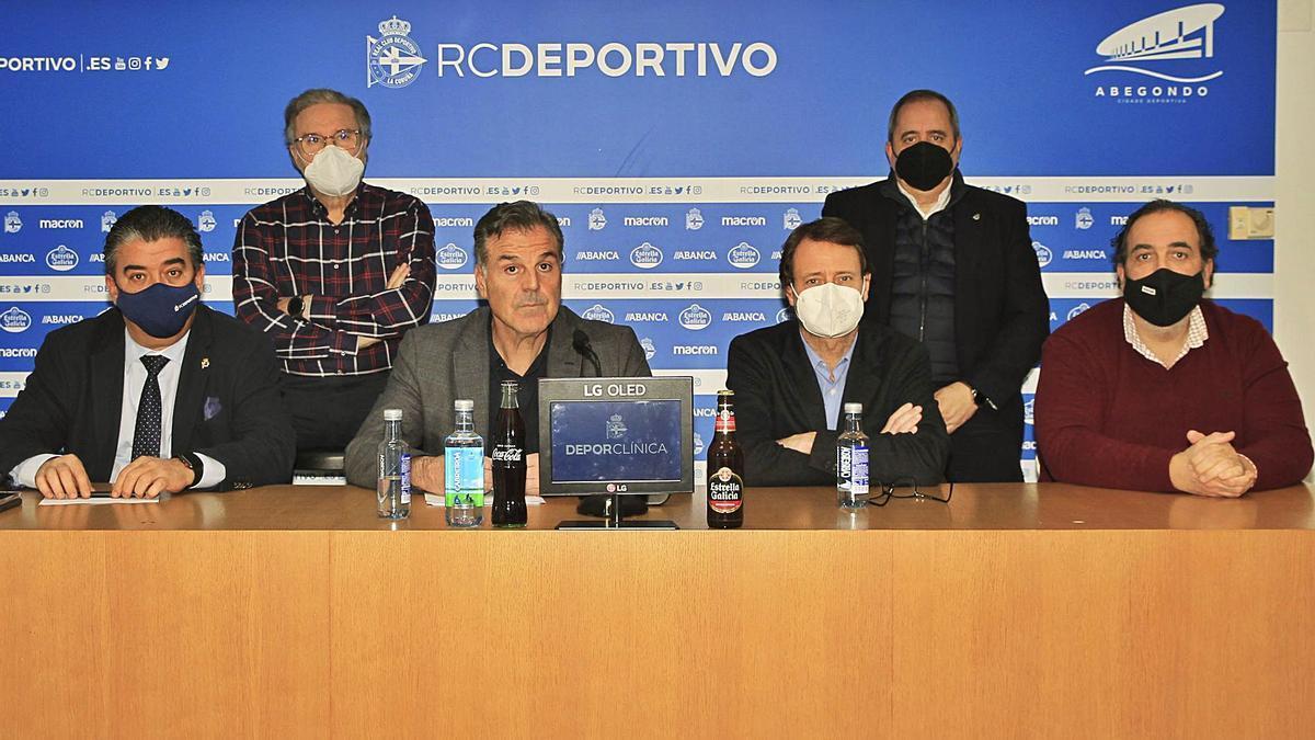 Vidal, ayer con los consejeros José Luis Queijeiro, Manuel José Vázquez, Ricardo González, Toño Armenteros y Federico García Poncet. |  // RCD