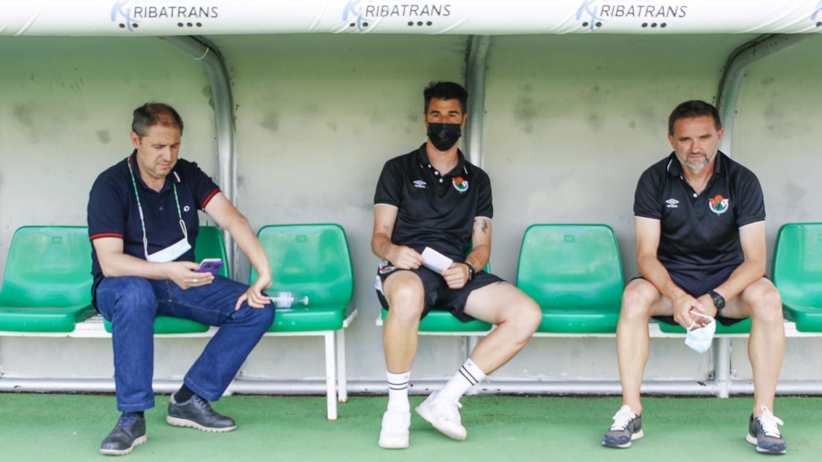 Francis Bordallo (director deportivo), Álex García (segundo entrenador) y Julio Cobos, en el banquillo minutos antes del partido ante el Xerez.
