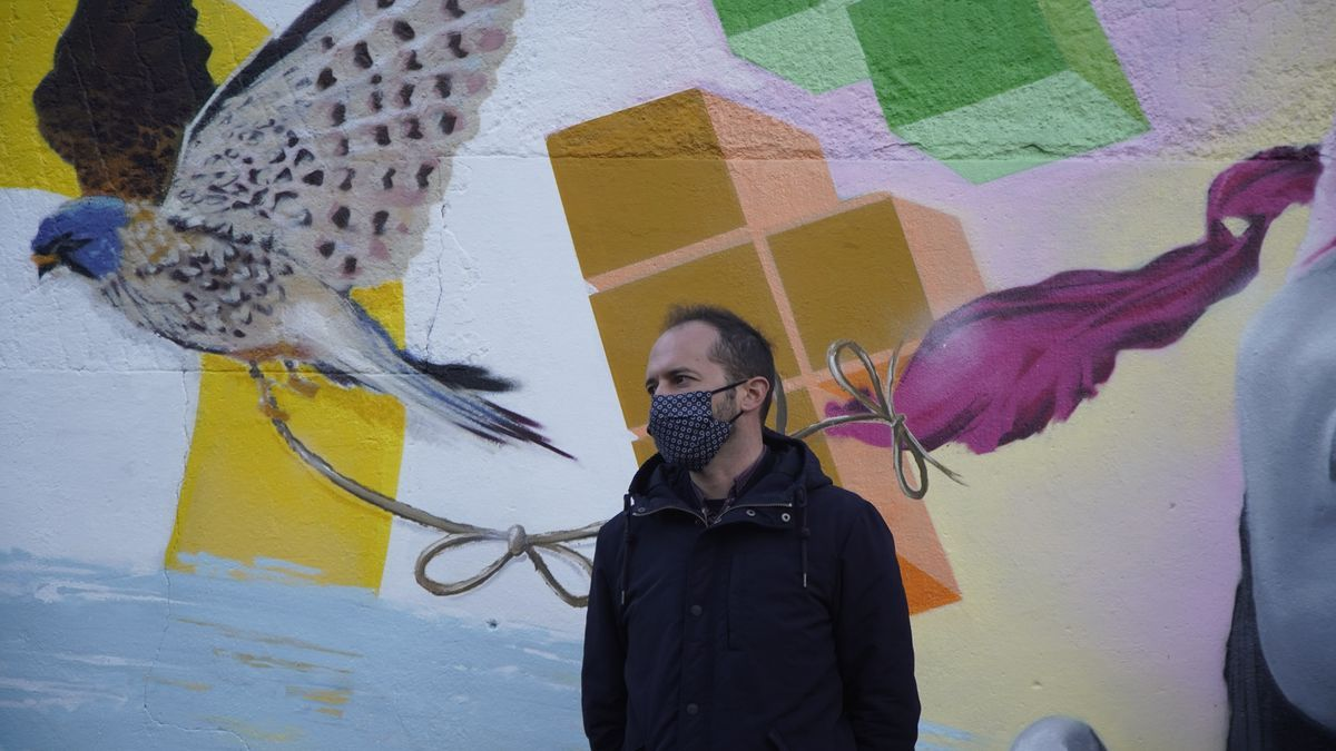 El artista Miguel Kobas, delante del nuevo mural.