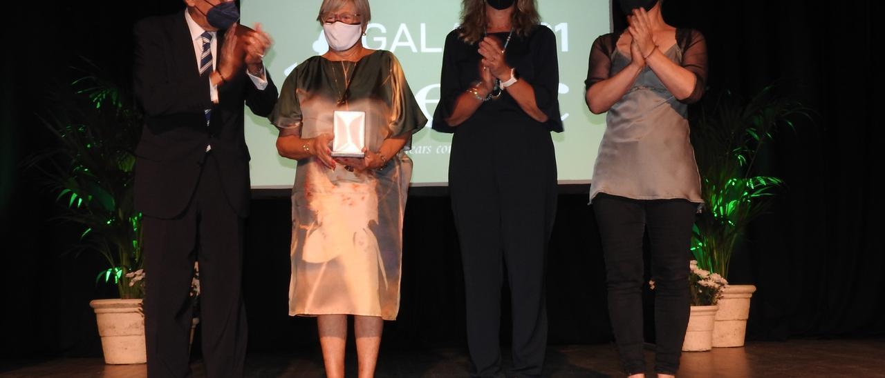 Pepita Gabaldar (segunda por la izquierda) con la medalla de honor de la AECC de Balears. Carmelo Convalia