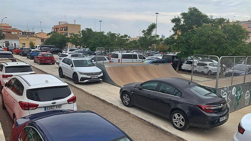 Usuarios de Feria Valencia evitan el parking del recinto e invaden las zonas deportivas