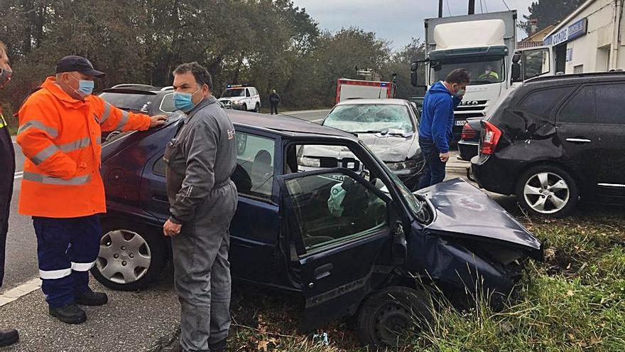 Heridos dos vilagarcianos tras una aparatosa salida de vía en Catoira