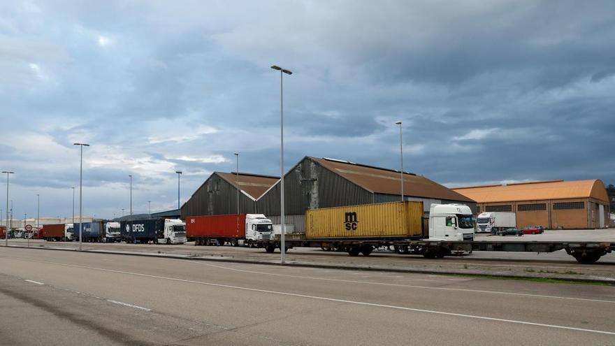 La terminal de contenedores de El Musel se colapsa por la escasez de tecnología y básculas
