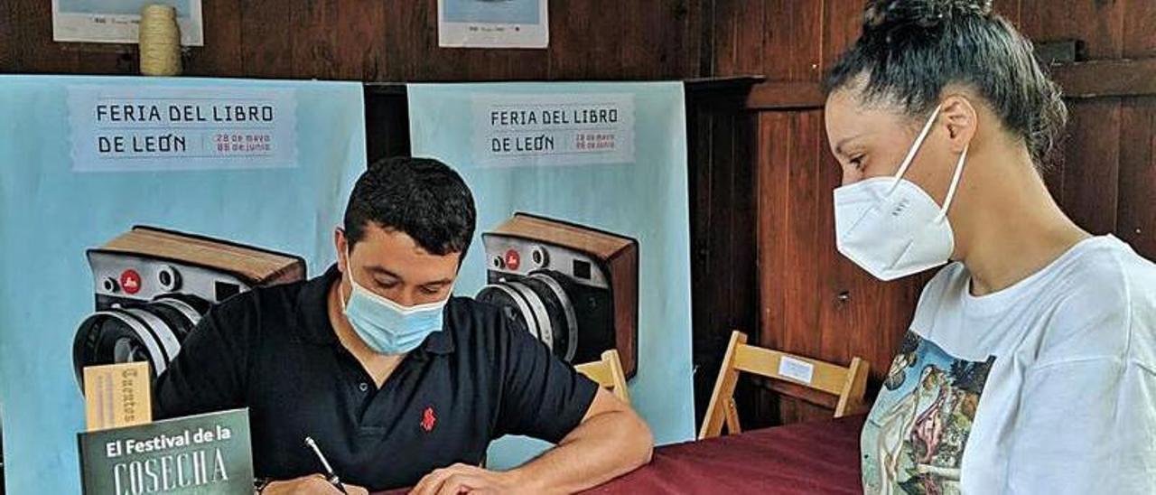 Pedro Villanueva, en la firma de su obra en la Feria del Libro de León.   Reproducción de D. Á.