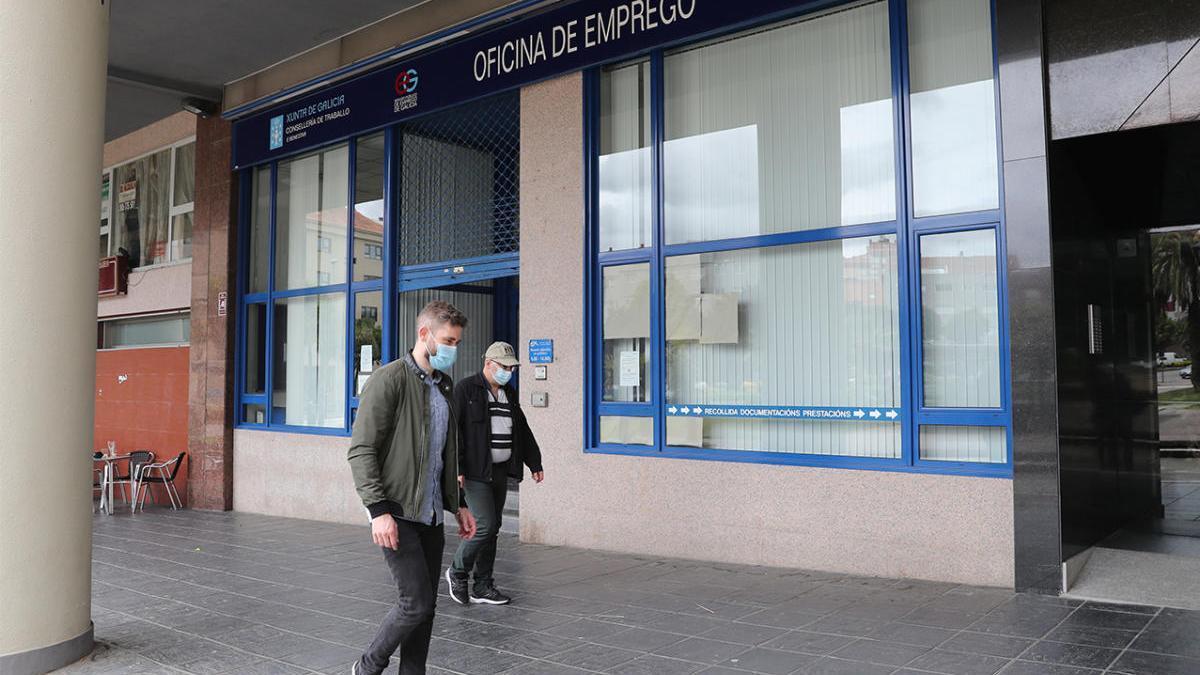 Dos personas pasan con mascarilla frente a la oficina de empleo de Vigo. // R. Grobas