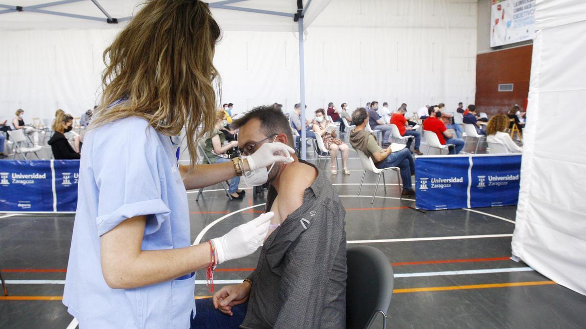 Una enfermera vacuna a un zaragozano, este viernes, en el campus de San Francisco.