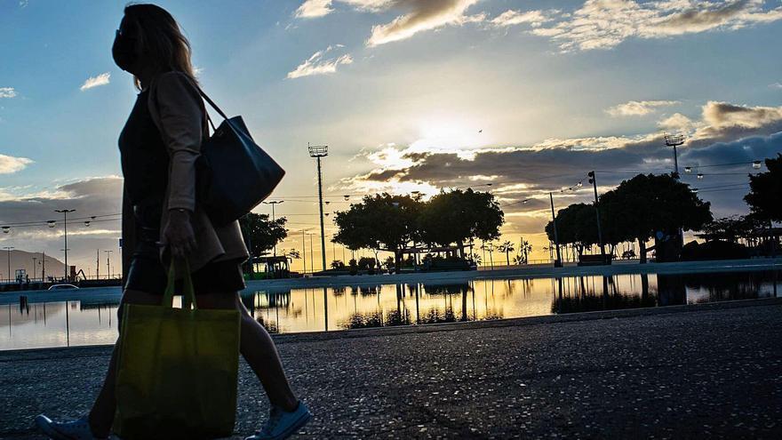 Una mujer pasea por el centro de Santa Cruz.