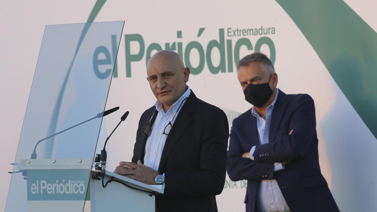Toño Pérez y Jose Polo, Empresarios del Año 2021, durante el discurso de recogida del galardón.