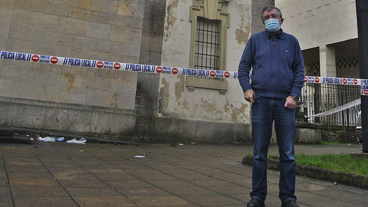 Fermín Riaño, ayer, ante el precinto policial, en la plaza de la iglesia parroquial de Pola de Siero. | A. I.