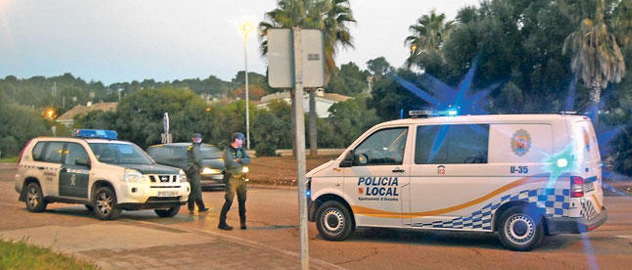 Un furgón de la Policía Local de Alcúdia, junto a agentes de la Guardia Civil.