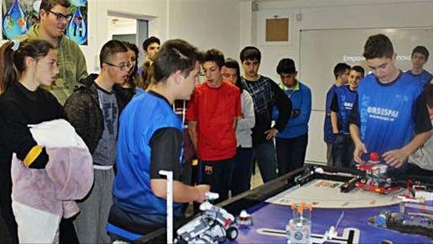 Alumnes de l'Oms i de Prat i d'Ampans comparteixen projectes de robòtica