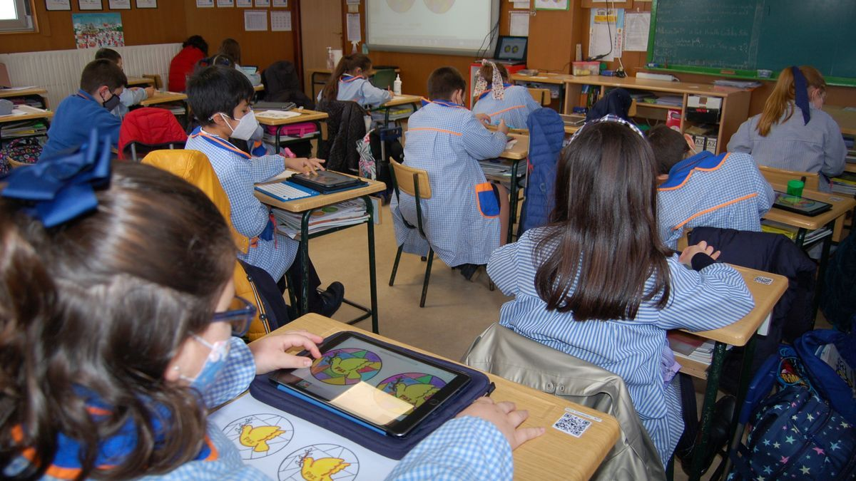 Niñas y niños en un aula.