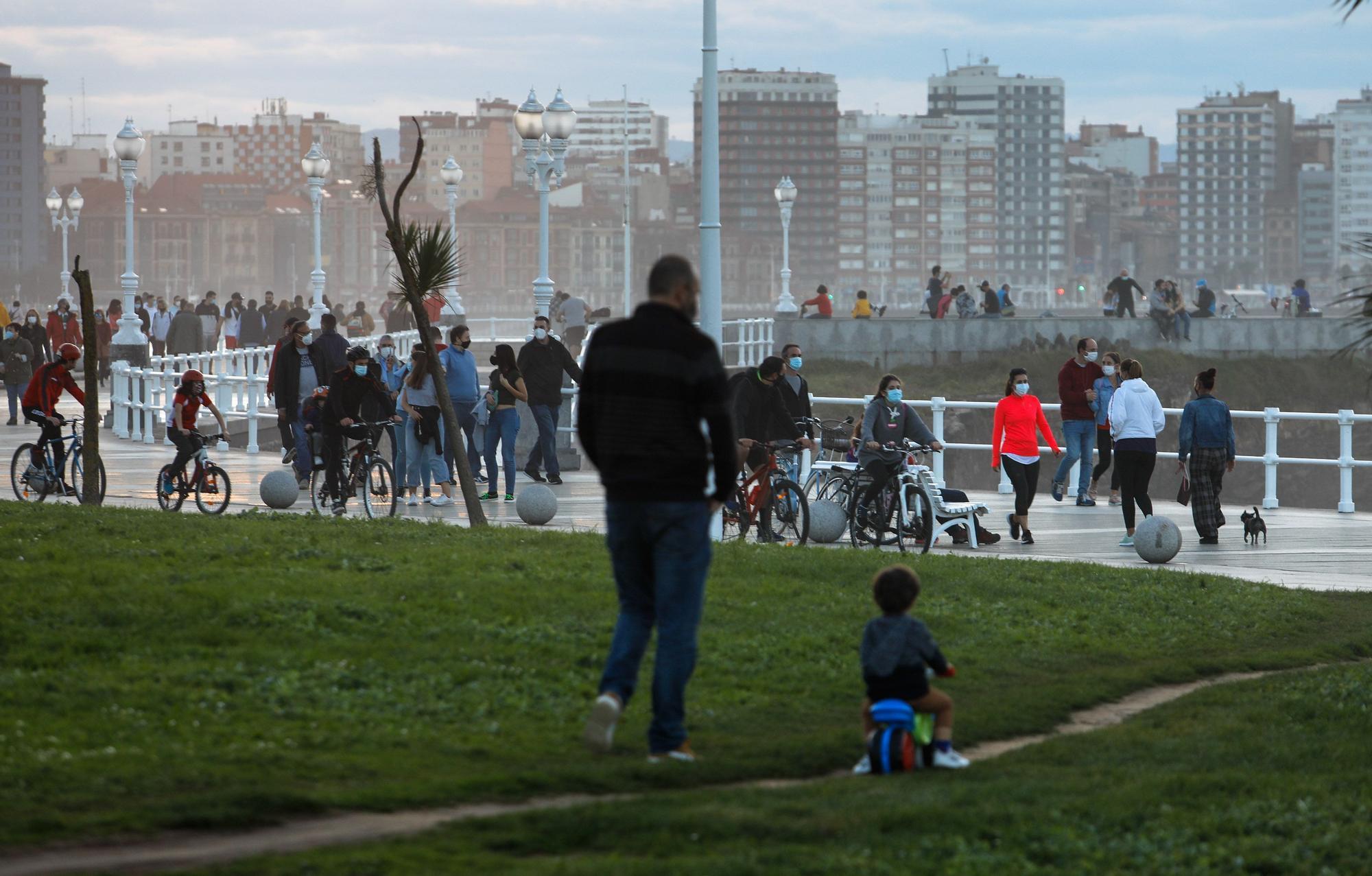 Buen tiempo y mucha gente en Gijón