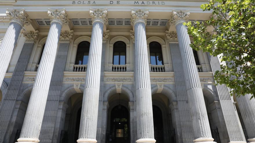 El Ibex 35 acusa la caída de los bancos y retrocede un 0,63%