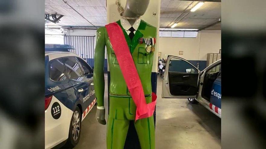 Los Mossos buscan al agente que ha retratado un muñeco del Rey ahorcado