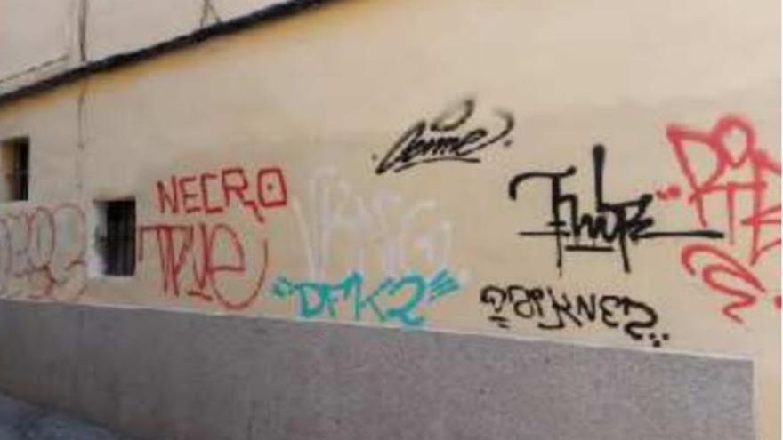 Emaya solo ha recibido 144 peticiones para eliminar los grafitis de fachadas particulares