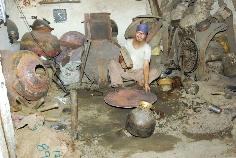 India - El arte tradicional de fabricacion de utensilios de laton y cobre por los thatheras de Jandiala Guru.