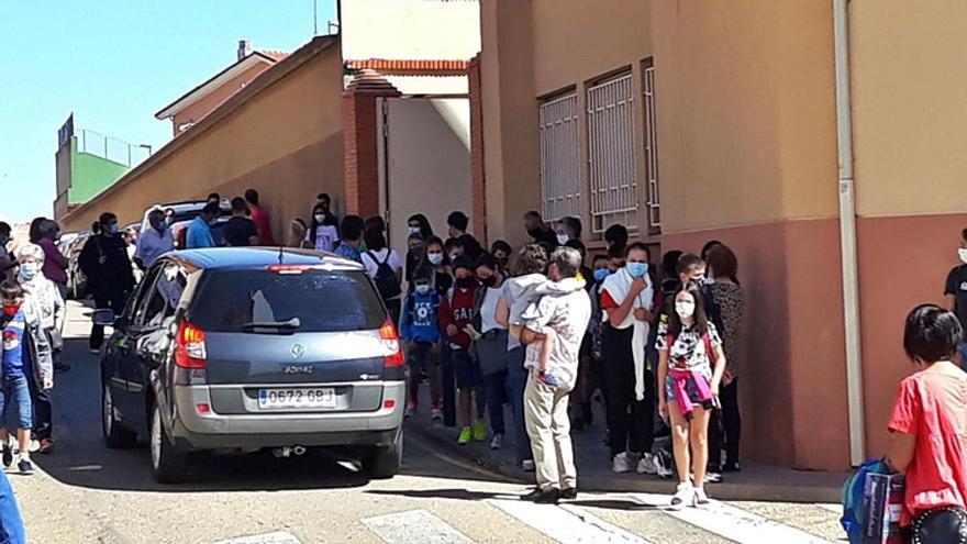 La aglomeración de gente a la salida de los colegios de Benavente obliga reordenar el tráfico