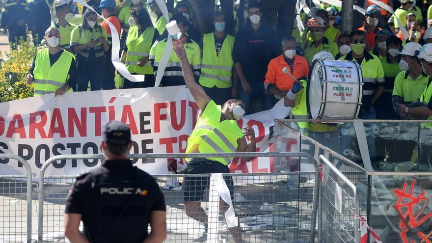 Contenedores volcados y rollos de papel: la protesta de Ence por las calles de Pontevedra