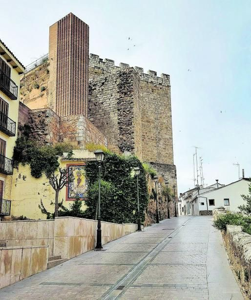 Cuesta del castillo, una de las entradas  a la Villa, con la  torre del homenaje  y la alcazaba en primer plano. I.R.