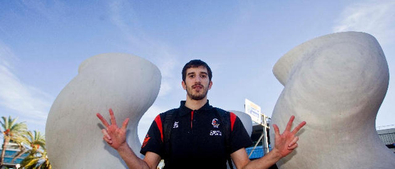 El base Guillem Vives posa con su celebración habitual de los triples en Valencia.