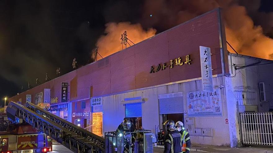 Un incendio afecta al polígono Cobo Calleja de Madrid