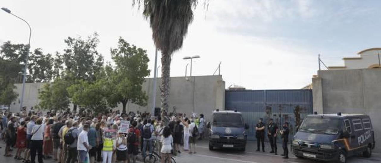 La policía impidió ayer una concentración autorizada a la puerta del CIE de Zapadores.
