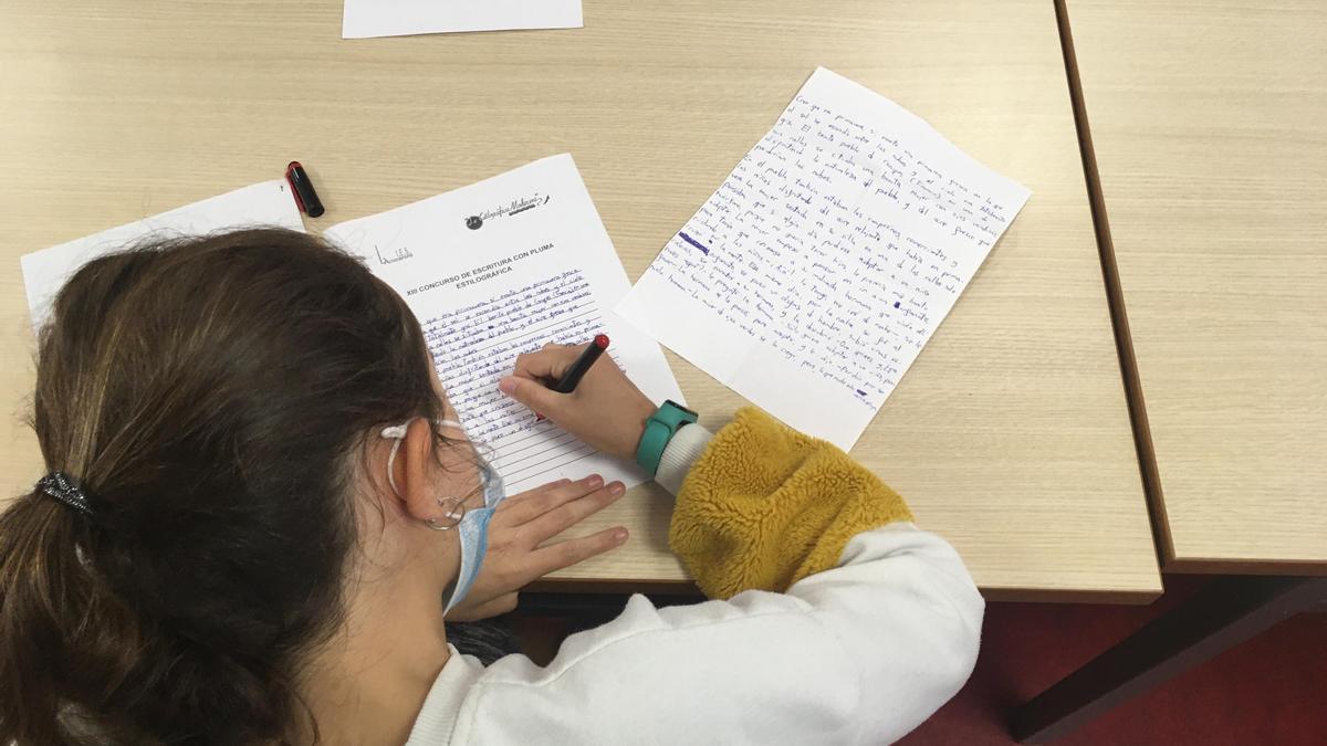 Una de las alumnas del IES la Azucarera realizando la segunda parte del concurso, escribir un relato.