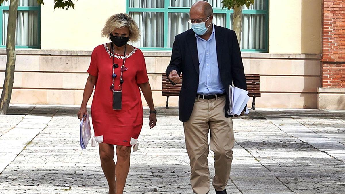 La consejera de Sanidad, Verónica Casado, junto al vicepresidente Igea, antes de la rueda de prensa que ofrecieron ayer. | M. Chacón - Efe
