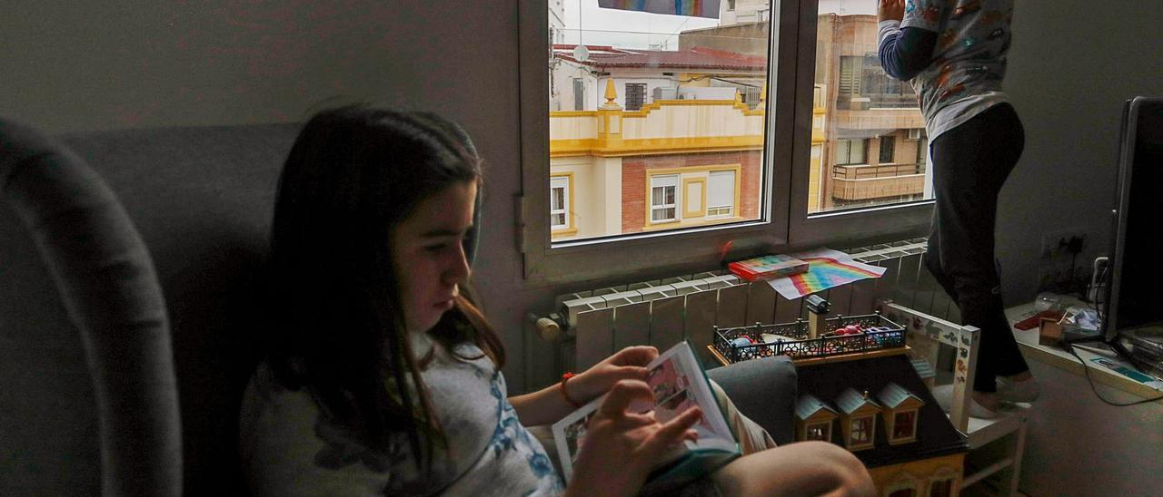 Dos hermanos pasan el confinamiento  duro de marzo y abril del pasado año en su casa de València. Fernando BUSTAMANTE