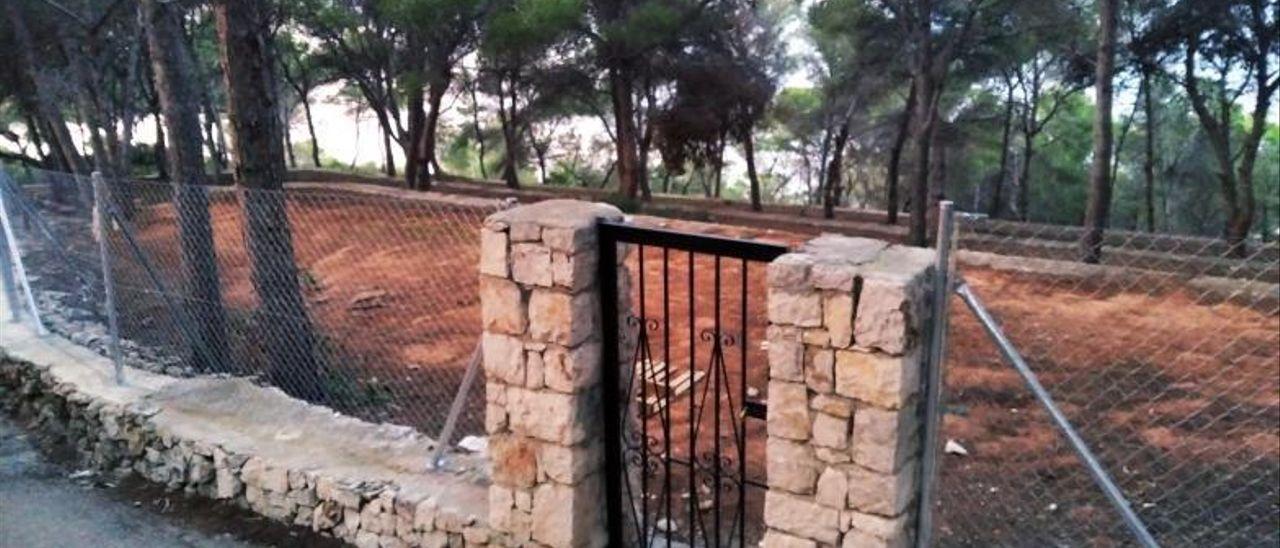 La nueva valla y la puerta de hierro que impiden entrar al arranque de la senda.