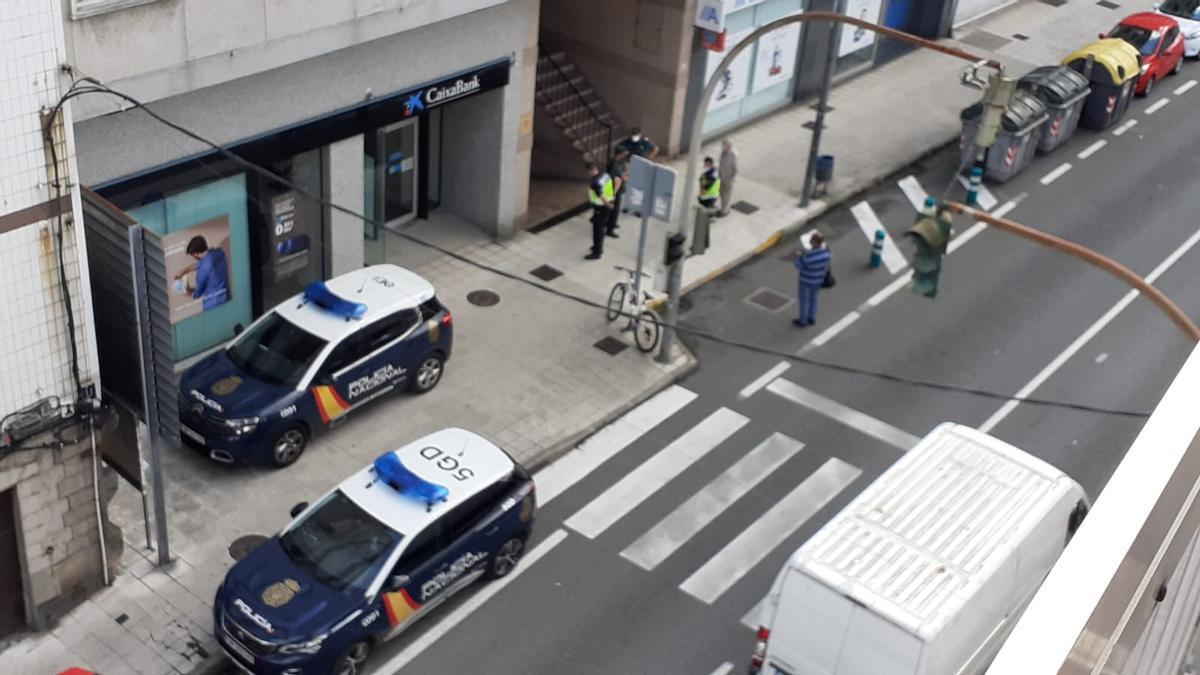 Coches patrulla y agentes ante el edificio