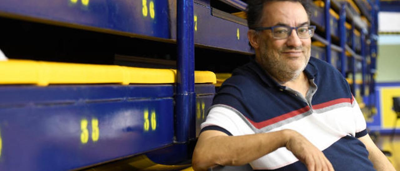 Manuel Campos, presidente del CV JAV Olímpico, en la pista del Centro Insular de Deportes.
