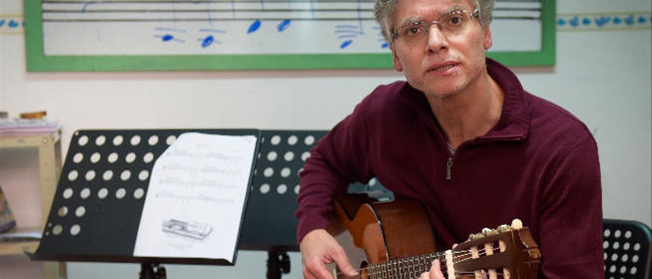 Antonio Rodríguez, profesor de música y miembro de la directiva de la Escuela de Música de Telde, en el centro.