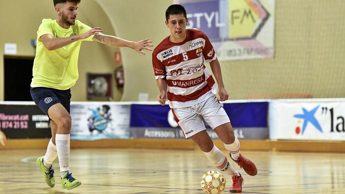 El blanc-i-vermell Eric Castillo va ser l?autor del tercer gol manresà