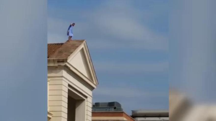 Un home s'enfila a la teulada d'un hospital de València