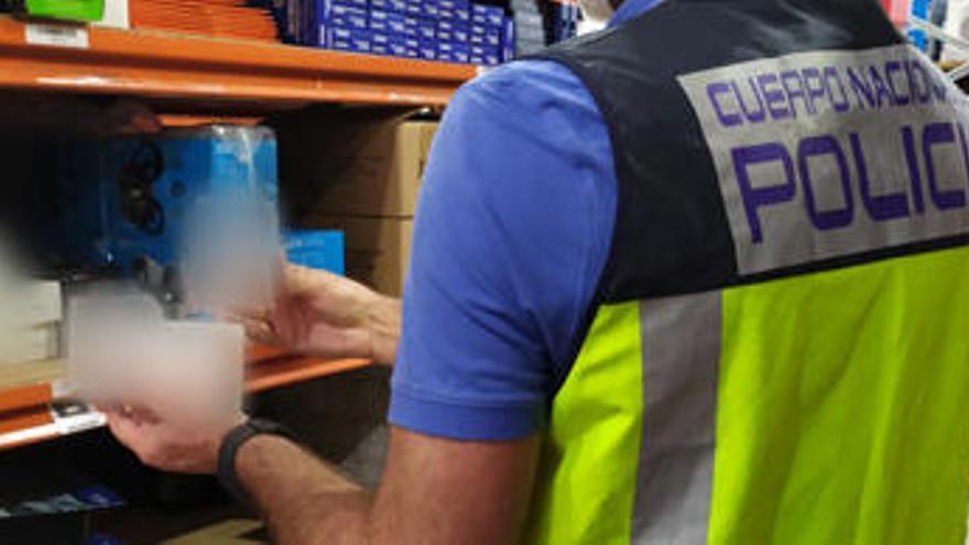 Una investigación iniciada en Benidorm permite intervenir 1.400 productos electrónicos falsificados