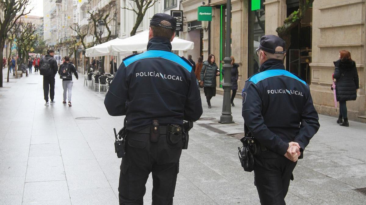 Una pareja de la Policía Local de Ourense. // Iñaki Osorio