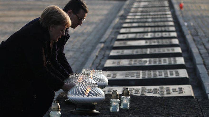 Merkel a Auschwitz: «Sento profunda vergonya pels crims comesos aquí pels alemanys»