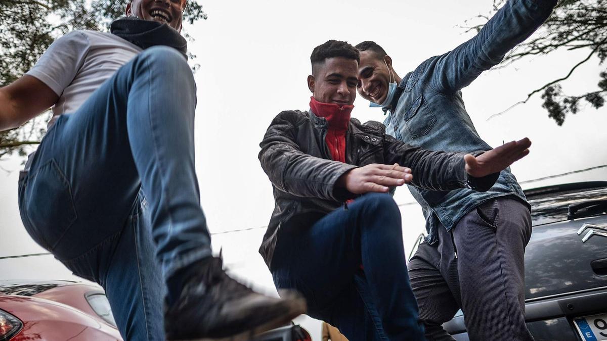 Tras la entrega de comida y ropa, como es habitual, o el asesoramiento para pedir asilo, en el exterior del campamento de acogida de migrantes también hubo tiempo ayer para la alegría y bailar.