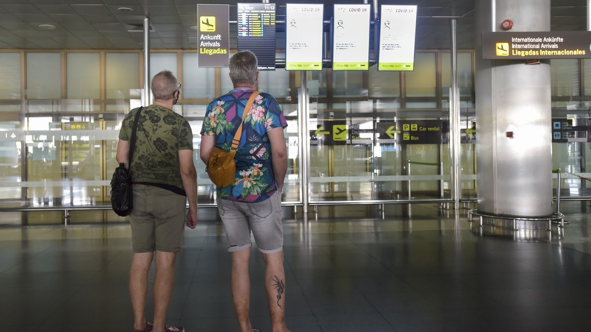 Dos turistas en el aeropuerto de Tenerife.