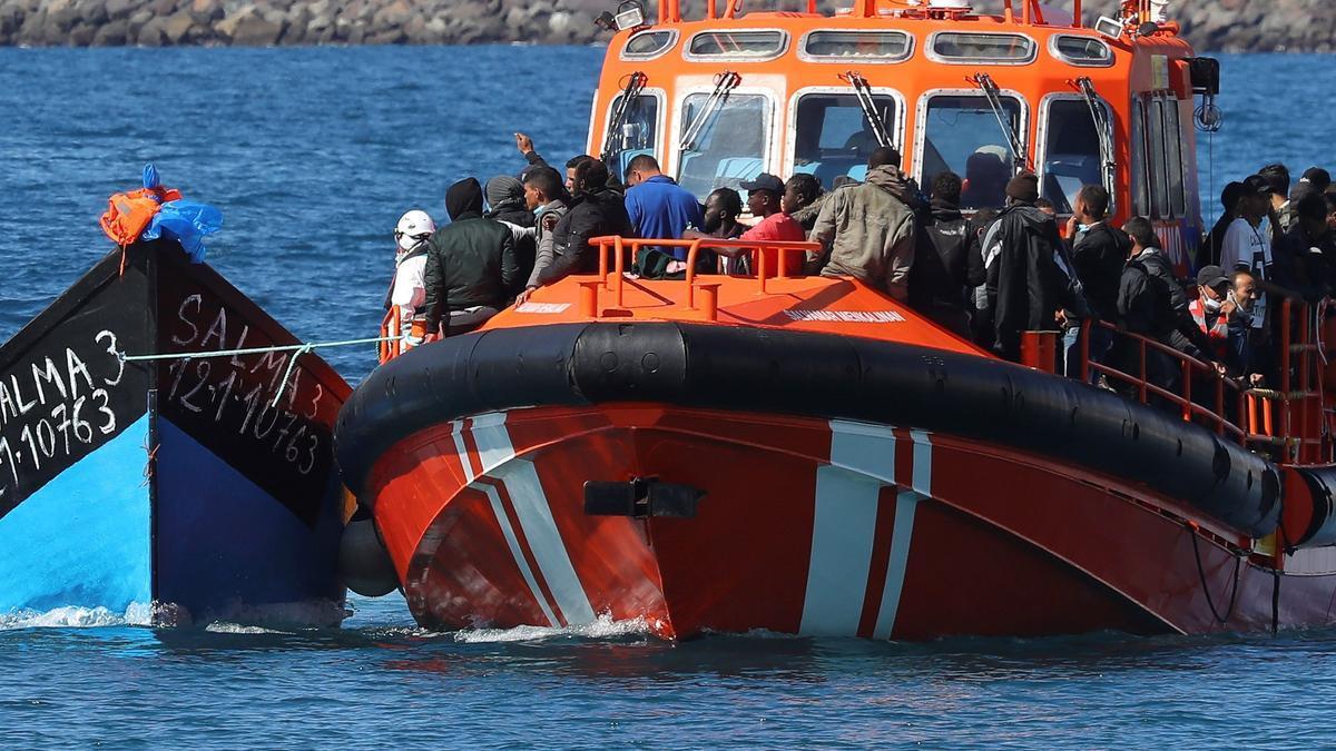 Salvamento Marítimo rescata una patera con 91 personas a 7 millas de Arona