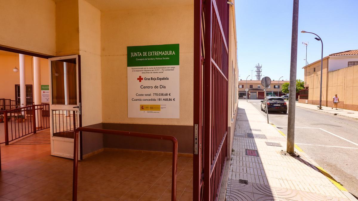 Exterior del centro de día de Llera, cerrado desde junio del 2020.