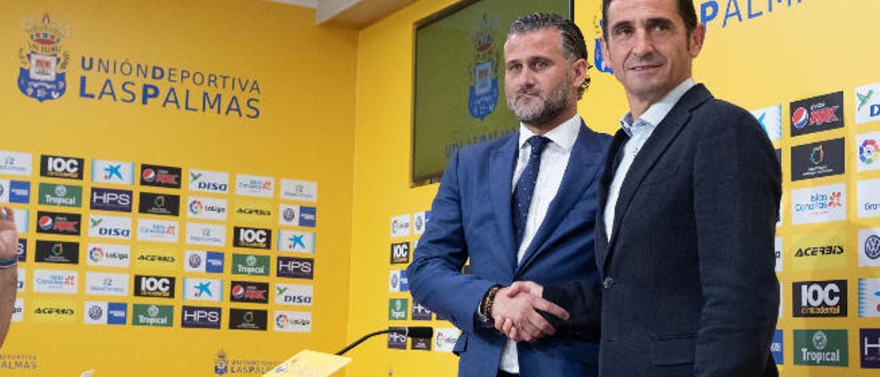 Toni Otero -izquierda- y Manolo Jiménez se dan la mano durante la presentación del nuevo técnico.