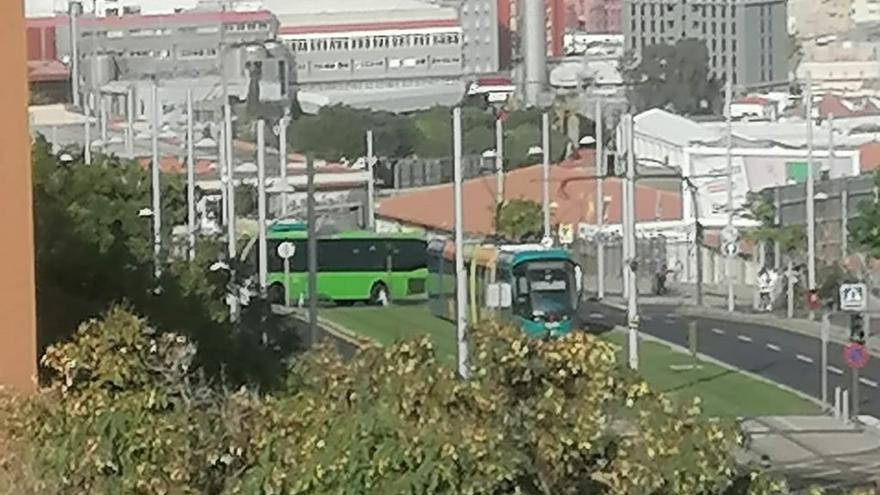 Aparca mal el coche y paraliza el tranvía en Tenerife