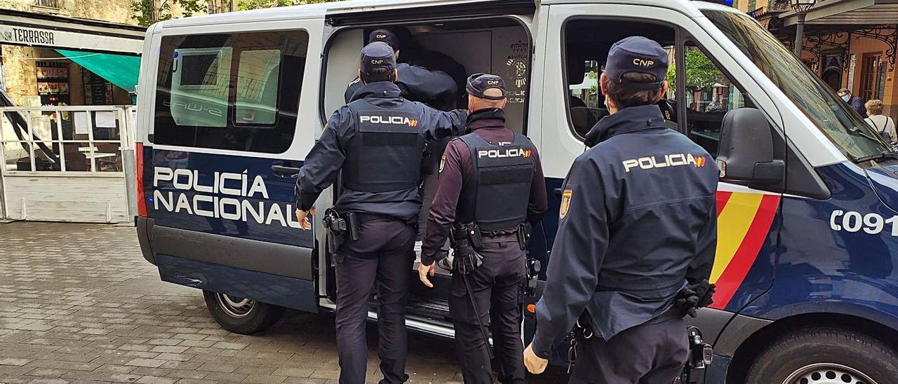 Uno de los detenidos ayer en Manacor es trasladado a un furgón policial.