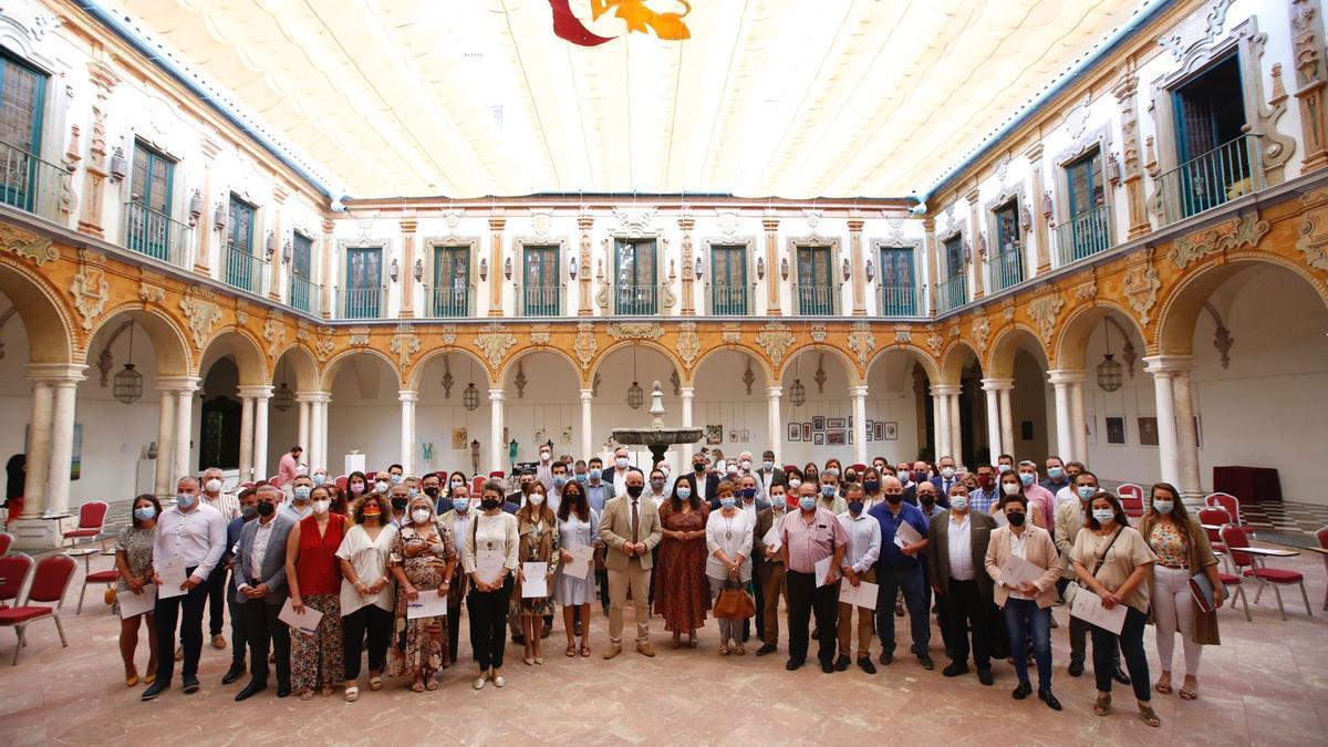 Foto de familia de los asistentes a la firma del Plan Córdoba 15 este lunes en la Diputación.