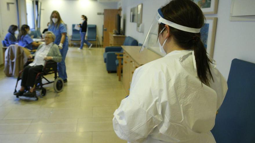 Baleares empieza a administrar la segunda dosis a residentes y trabajadores de geriátricos